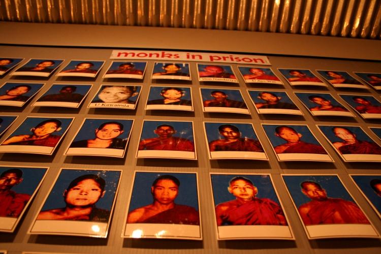burma monks ¿Por qué jugar a la democracia en Birmania?